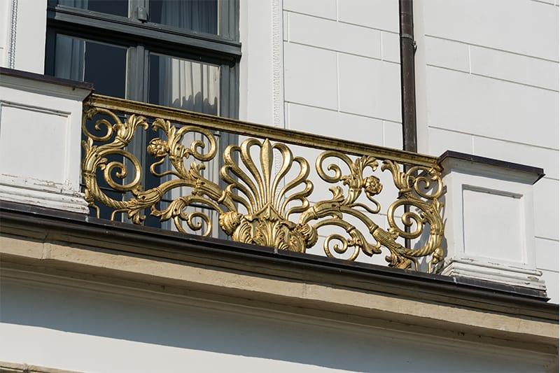 Memperindah Balkon dengan Railing Pagar Antik